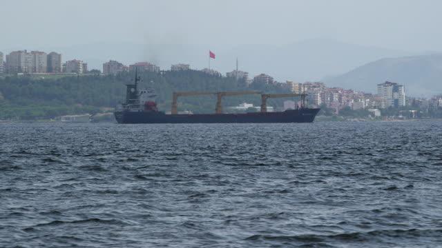 stockvideo's en b-roll-footage met barge traversing galata port - wiese