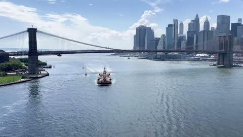 vídeos y material grabado en eventos de stock de barcaza bajo el puente de brooklyn en el east river - barcaza embarcación industrial