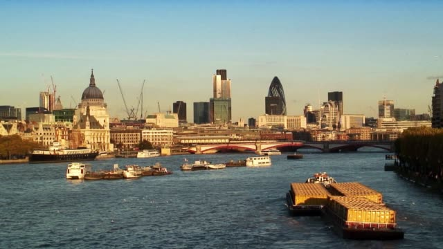barges and boats cruise down the river thames before st. paul's cathedral. - vagare senza meta video stock e b–roll