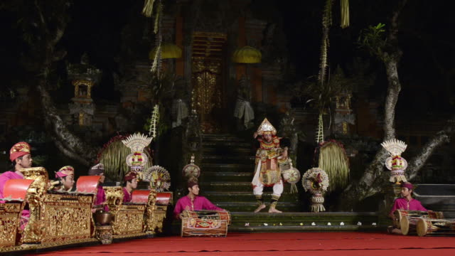 vídeos de stock e filmes b-roll de ms baris dance and gamelan music performance in puri saraswati temple audio / ubud, bali, indonesia, asia - gamelão