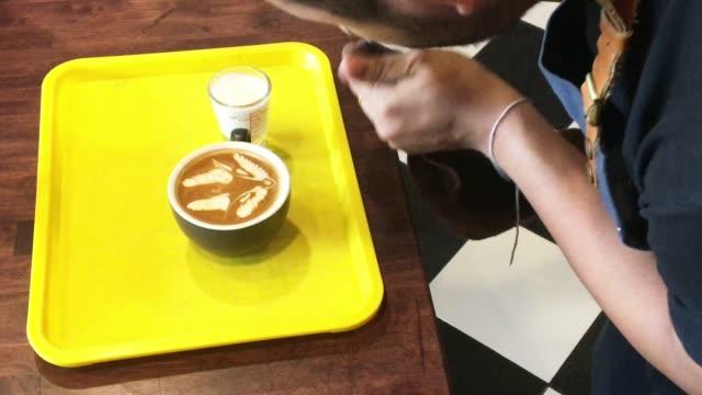 Barista Latte Kunst im Coffee Shop erstellen
