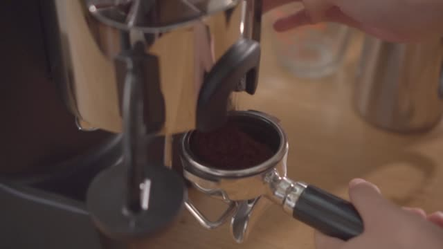 barista malning kaffe bönor med kaffe bryggare. - mar bildbanksvideor och videomaterial från bakom kulisserna