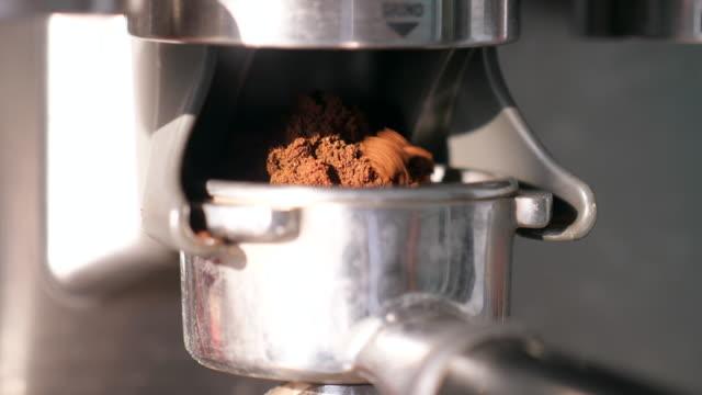 バリスタ粉砕コーヒー豆 - 挽く点の映像素材/bロール