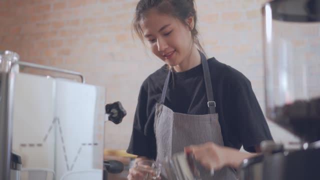 stockvideo's en b-roll-footage met barista het maken van een drankje - mar