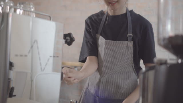 vídeos de stock e filmes b-roll de barista making a drink - empregada de mesa