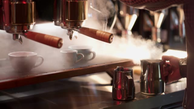 stockvideo's en b-roll-footage met barista maken cappuccino - kantine