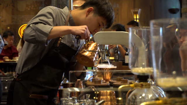 barista making coffee on spot in starbucks cafe on aug30 starbucks opened a new highend reserve shop on binjiang road the city center of tianjin the... - スターバックス点の映像素材/bロール