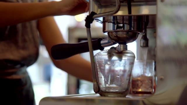 Barista göra kaffe med espresso kaffe bryggare i Cafe.