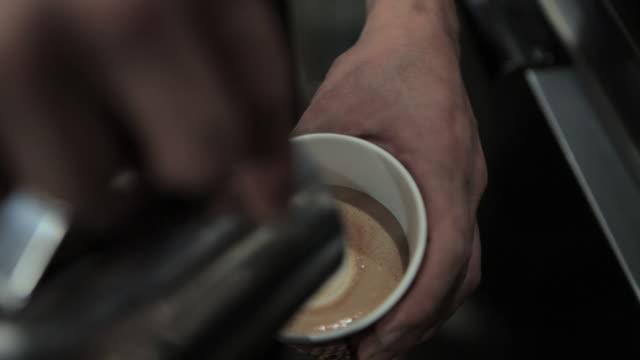 barista making coffee with heart shape in froth - solo un uomo di età media video stock e b–roll
