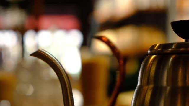 stockvideo's en b-roll-footage met barista het maken van koude koffie - koffie drank