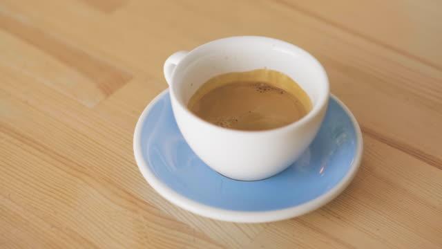 barista gör espressokaffe på ett café - mugg bildbanksvideor och videomaterial från bakom kulisserna