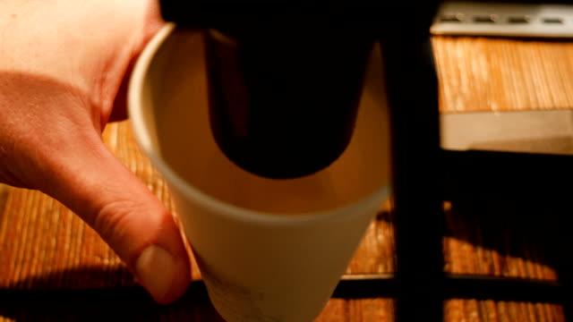 vídeos de stock, filmes e b-roll de barista o chão café na cafeteria - copo descartável
