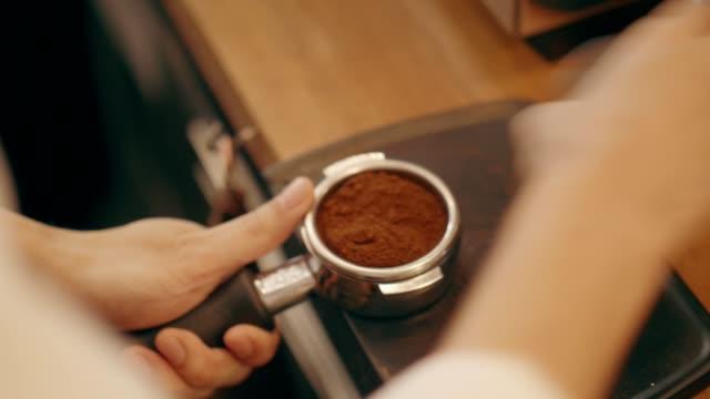 vídeos de stock, filmes e b-roll de barista fazendo expresso quente - coffee drink
