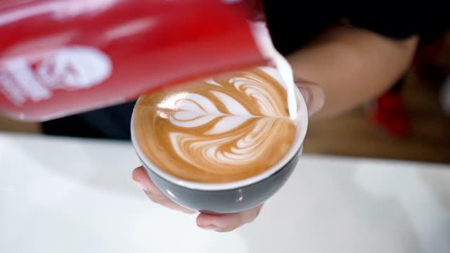 slo-mo-barista kaffee latte art. - art stock-videos und b-roll-filmmaterial