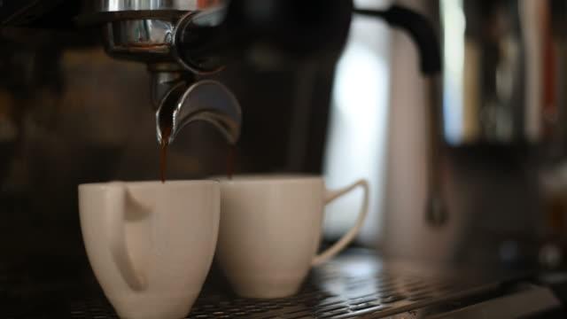 バリスタ コーヒーでエスプレッソの 2 つを作るします。 - モカ点の映像素材/bロール