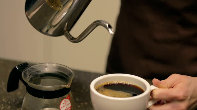 barista pouring coffee - bricco per il caffè video stock e b–roll