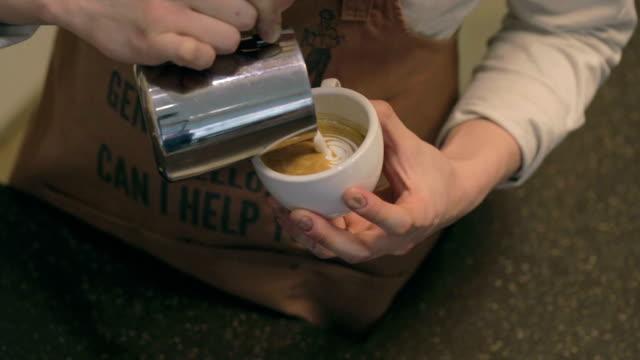 vídeos de stock, filmes e b-roll de barista pouring latte art - barista