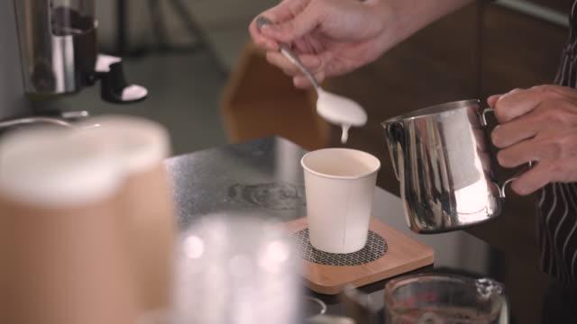 barista häller ångmjölk i engångskoppen - engångsmugg bildbanksvideor och videomaterial från bakom kulisserna