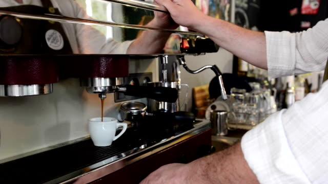 Barista bereitet espresso