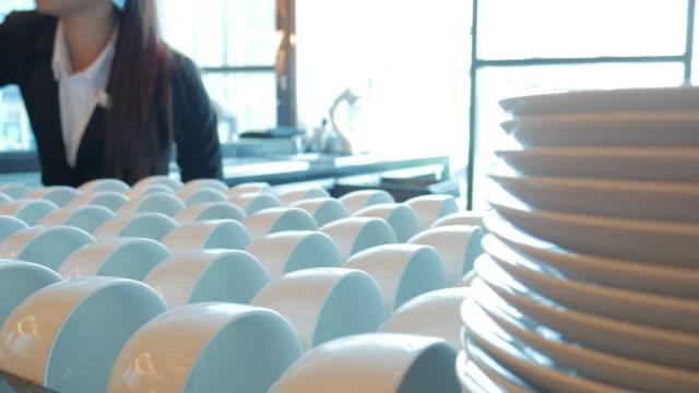 barista che serve una tazza di caffè in macchina per il caffè - cultura italiana video stock e b–roll