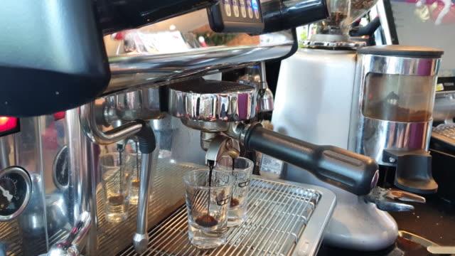vídeos y material grabado en eventos de stock de barista cobebendo café en la tapa, usando cafetera. - pausa del café