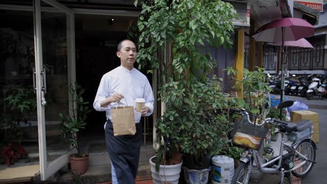 barista takeaway coffee - barista stock videos & royalty-free footage