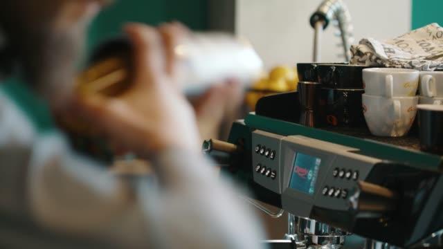 vidéos et rushes de à l'aide de dispositif trembleur de barista - shaker