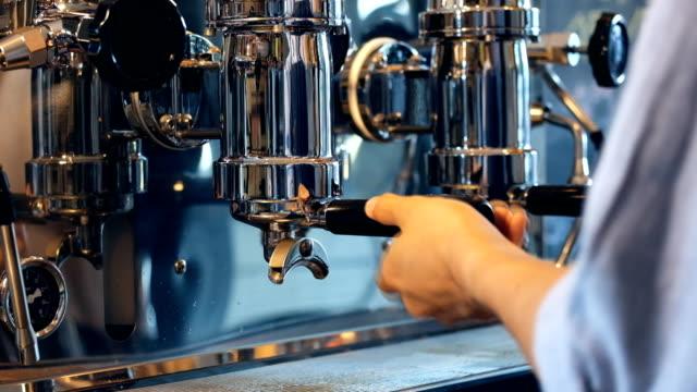 バリスタはコーヒー、入れ墨のバリスタアーム - エスプレッソ点の映像素材/bロール