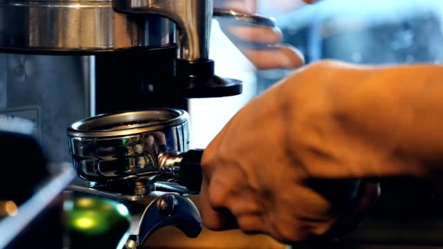 vídeos de stock, filmes e b-roll de baristas são café, por tatuado braço barista - barista