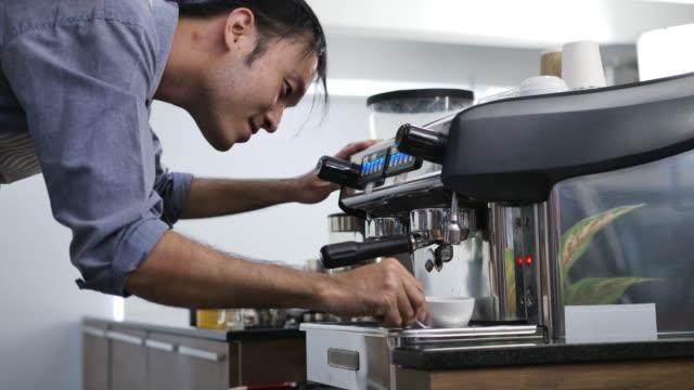 baristas at a coffee shop - カフェイン分子点の映像素材/bロール