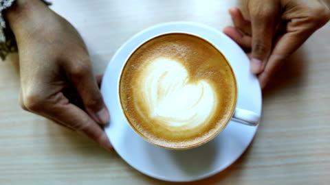 barista hand zeigt latte art kaffee fertig trinken - zeigen stock-videos und b-roll-filmmaterial