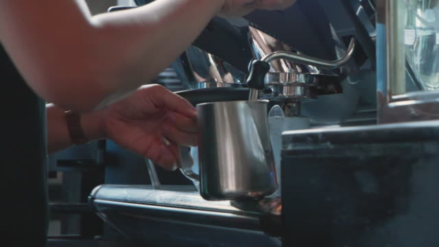 vídeos de stock e filmes b-roll de slo mo; barista's making coffee at counter bar. - caixa de fósforos
