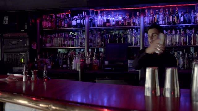 vídeos y material grabado en eventos de stock de barkeeper preparing cocktail in bar - un solo hombre de mediana edad