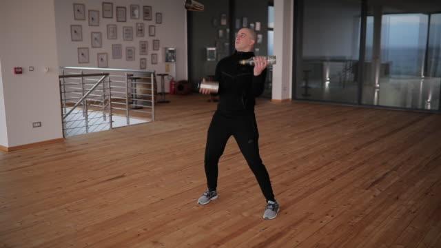 バーマンはフレアバーテンダーを練習 - ウォッカ点の映像素材/bロール