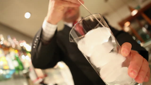 vidéos et rushes de ms barman preparing a drink dirty gin tonica / sao paulo, brazil - glaçon