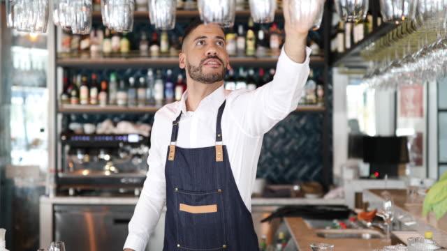 vídeos de stock, filmes e b-roll de barman que trabalha no pub - garçom
