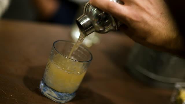 Gemixt werden Hand mit cocktail-shaker Eingießen