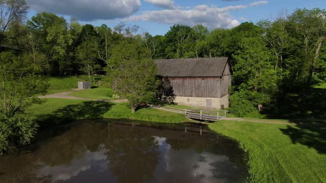 納屋と湖 - 農家の納屋点の映像素材/bロール