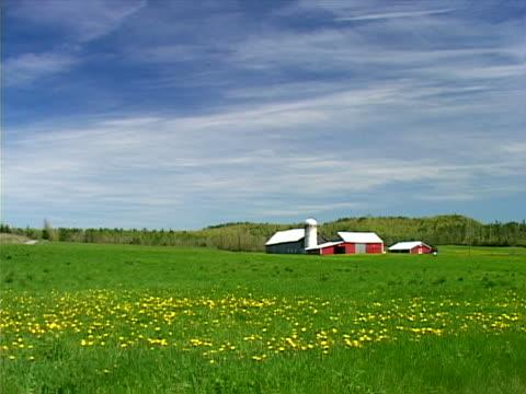 vidéos et rushes de barns, silos and buildings across field - silo