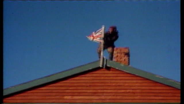 vídeos de stock e filmes b-roll de baroness thatcher launches new falklands coins at pobjoy mint in surrey tx british soldier raising union jack flag onto roof of building - ilhas malvinas