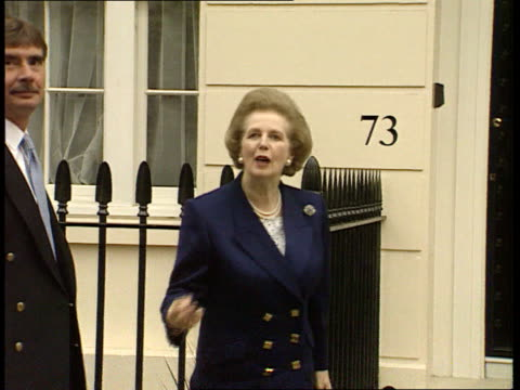 baroness thatcher savages western policy on bosnia herzegovina; itn england: london: chester sq ext baroness margaret thatcher out car track forward... - 英国チェスター点の映像素材/bロール