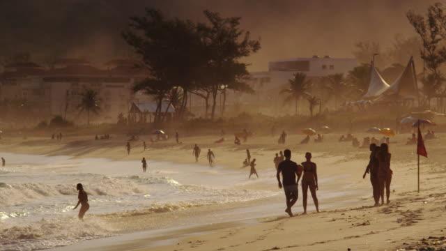 vídeos de stock, filmes e b-roll de praia da barra da tijuca no rio de janeiro - grupo grande de pessoas