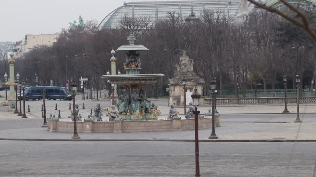 barrages of police and gendarmes to prevent access to the place de la concorde, - メタルグリッド点の映像素材/bロール