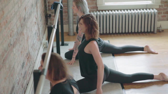 barre-stretching-übungen - ballettstange stock-videos und b-roll-filmmaterial
