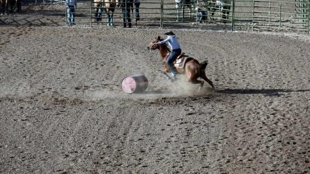 stockvideo's en b-roll-footage met vat racing outdoor rodeo arena - genderblend