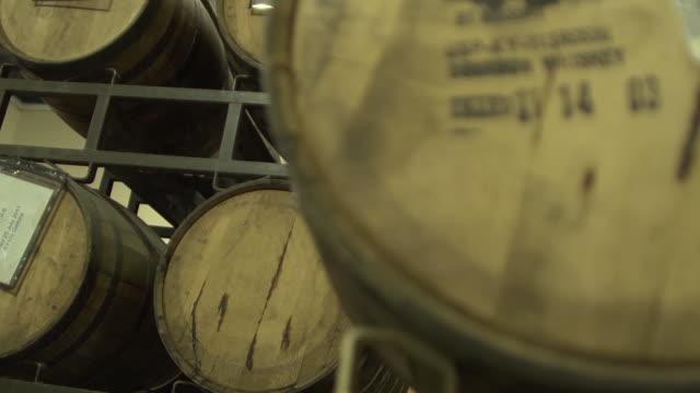 vídeos de stock, filmes e b-roll de barrels of bourbon whisky stacked in rows - barril