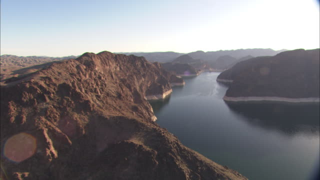 stockvideo's en b-roll-footage met barren desert mountains surround lake powell. - powellmeer