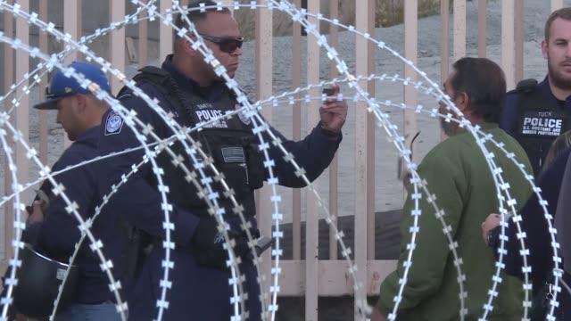 vídeos y material grabado en eventos de stock de barricadas enormes y entramados de puas fueron instalados en una garita en tijuana en el paso de frontera entre estados unidos y mexico lo que... - ee.uu