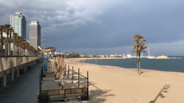 barricade tape closes off entrance to the beach left empty as public restrictions are in place to curb the spread of coronavirus on march 29, 2020 in... - spanien stock-videos und b-roll-filmmaterial