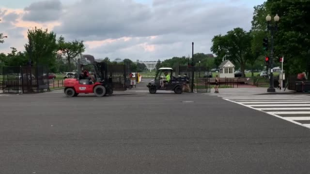 vidéos et rushes de barriers and temporary fencing are removed from the south side of the white house complex on june 10 2020 in washington dc the barriers were... - clôture